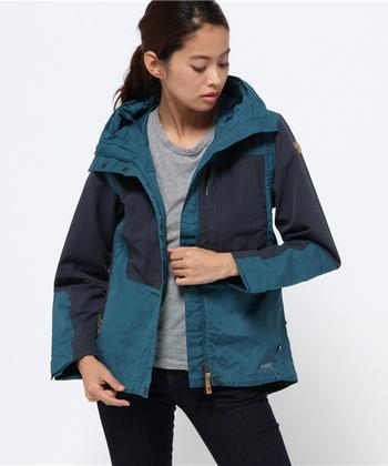 フェールラーベンのトレッキングジャケットは、耐久性、防風性、撥水性に優れ、部分によってナイロンとストレッチ素材を使い分けているので、機能的だけではなく、動きやすさも重視している天晴れなデザインです。北欧のブランドですが、日本人にもあうアジアフィットを展開してくれているのも嬉しい!