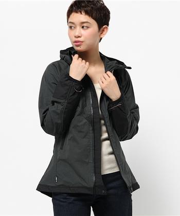 そしてこのマウンテンジャケットは、「エコデザインアワード」を始め、「VOLVO SPORTS DESIGN AWARD」や「OUTDOOR AWARD」など数々の賞を受賞しています。タイトなスタイルも魅力的ですよね。レースのロングスカートや流行りのプリーツスカートなどにも合わせやすい本格派のジャケットです。