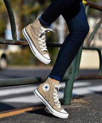 活動的なカジュアルテイストでも、ふんわり優しいガーリースタイルでも合わせやすいのが、ハイカットのコンバースです。足首まで支えられるので、とても履きやすいんですよ。