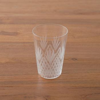 細やかなカットが美しい江戸切子のグラス。電子レンジや食洗機は使用できないほど繊細なグラスなので、特別なときに使いたいですね。