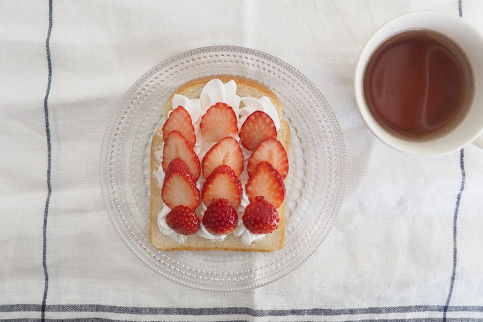 デザートをのせるとプレートの美しさがよりいっそう映えます。日当たりの良いお部屋でお気に入りのケーキを優雅に食べたくなりますね。