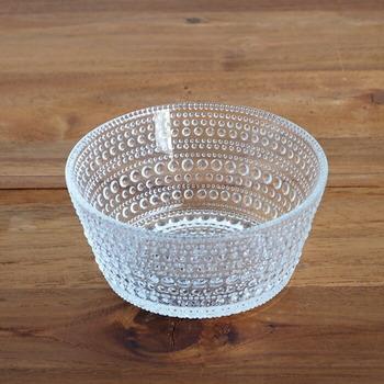 ほどよく深さのあるガラスのボウル。大小さまざまの丸い粒が美しく、存在感のある器をです。