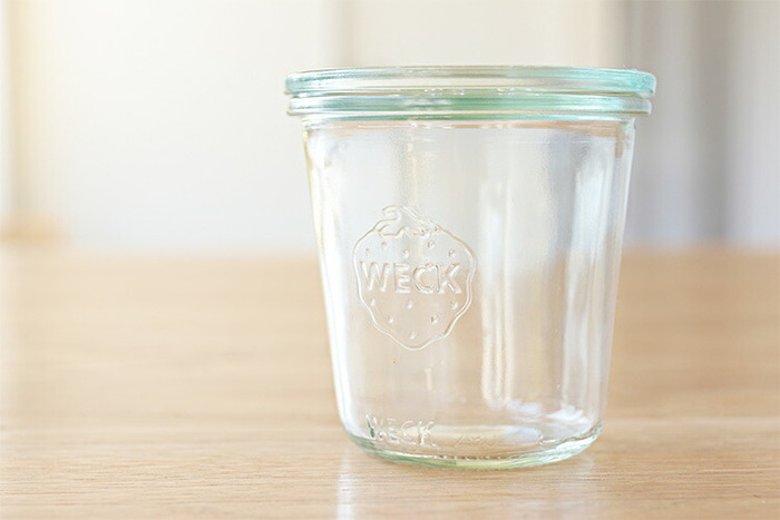 イチゴのトレードマークがとってもキュートな、ドイツ生まれの保存容器「WECK」。リサイクルガラスを約50〜70%使用しているから、素朴な素材感と色合いが魅力。
