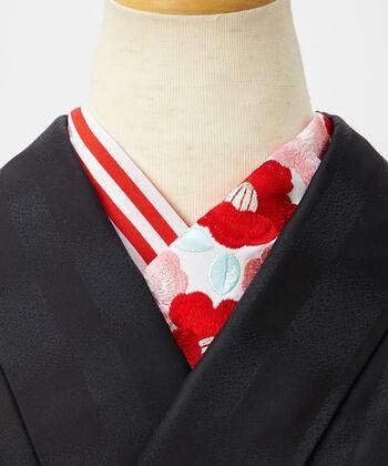 襟の合わせから覗く半襟を替えるのも着物の印象を大きく変えるアイディアのひとつ。  着物の差し色やアクセントになるような半襟をあわせて、個性を放つスタイルを楽しみましょう*