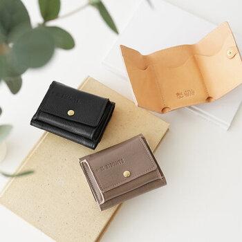 ミニ財布ブームで、注目度が上がっている三つ折り財布。ただ小さいだけじゃない、デザインも機能性も優秀な財布がたくさん出てきました。IL BISONTE(イルビゾンテ)の三つ折り財布は、革の風合いを存分に楽しめるデザイン。小さいけれど存在感は抜群。端正な表情が経年変化でどう深みを増していくのか...とても楽しみですね。