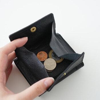 小銭入れ部分は、ぱかっと大きく開くつくり。財布を使う時のちょっとしたストレスでもある小銭問題がすっきり解消されますよ。