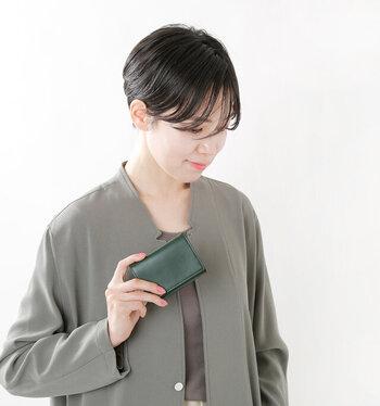 ハンサムな表情がかっこいい三つ折り財布。装飾はないけれど、簡素すぎる感じでもない。カジュアルはもちろん、フォーマルなシーンにも似合う都会的なデザインが魅力的です。カラーは全5色。発色美しくスタイリッシュなカラーバリエーションも要チェック!