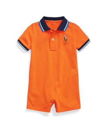鮮やかなオレンジに、アイコニックなビッグポニー刺繍がキュート!襟付きのショートオールはきちんと感があり、いざというときのよそゆきにも対応できそうですね。