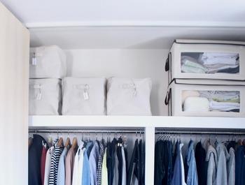 取り出しにくい上段のスペースには、軽いものを入れるのが正解です。かつ取っ手がいつていて収納ケースも軽いと、取り出しもスムーズで快適です。デッドスペースになりがちな上段も上手に活用できますよ。