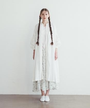 スカート×スカートの組み合わせは丈感やバランスを重視。長すぎず短すぎないスカートと合わせれば全体的なバランスが保つことができますよ。また、スカートには白のフラットシューズと合わせて上品さをだすこともポイントです。