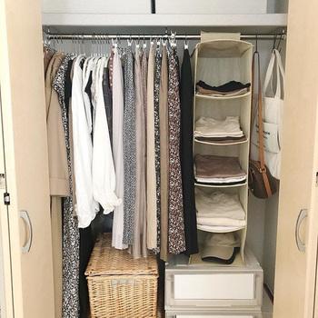 取り出しやすさが求められるクローゼット収納だから、ぎゅうぎゅうに詰め込んでしまうと使いづらくなってしまいます。収納やお洋服の増減にも対応できるように8割収納を目指しましょう。探し物も見つけやすくなりますよ。