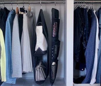 ベルトやスカーフなど、細かなアイテムは収納ポケットでまとめて管理するのもアイデアです。ポケットに入れることでスリムでスッキリと管理することができます。