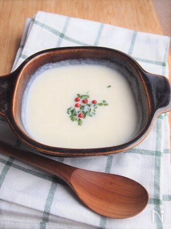 カリフラワーをそのまま食べるのが苦手な方にぜひおすすめしたいスープです。カリフラワー1/4個で4人分作れますよ。カリフラワーは、煮崩れるまで煮込みましょう。こちらもブレンダーにかけてから牛乳を加えますが、豆乳でもOK。仕上げにパセリとホールのピンクペッパーをトッピングすると鮮やかな色合いになりますよ♪