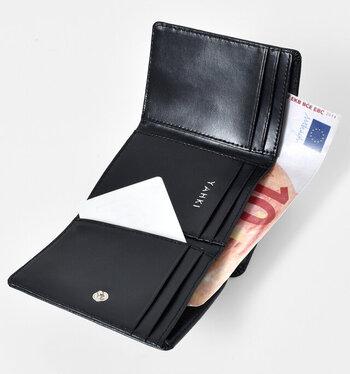 三つ折り財布とは思えないほどの収納力!カードポケット9個と2室の小銭入れ...。とっても頼もしいので、セカンドウォレットではなく、メインウォレットとしても十分。スマート&シンプルライフをしっかりアシストしてくれそうです。