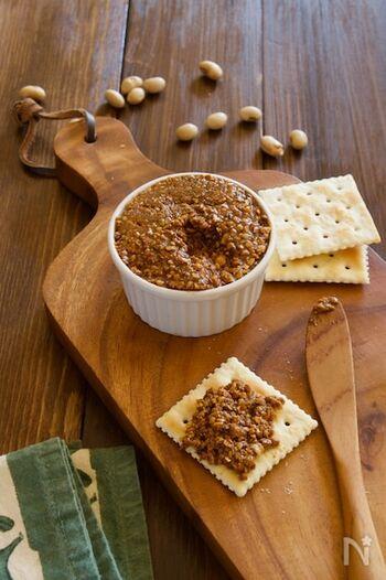 こちらのペースト、実は節分の豆でできちゃいます。炒り大豆に黒蜜と油があればOK。油はお好みの種類を合わせてみましょう。炒り大豆のみをハンドブレンダーでなめらかにしてから、ほかの材料を加えて混ぜるのがポイント。パンやクラッカーに付けて召し上がれ♪