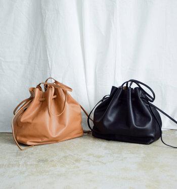 やわらかくなめらかな手触りとツヤ感が、上品な大人の雰囲気を醸し出してくれるレザーバッグです。ぎゅっと口をしぼって巾着のように使えばよりカジュアルに、そのまま使えばシンプルなきれいめトートバッグとして使えます。マチがたっぷりと取られた大容量サイズなので、お仕事用のバッグとしてもおすすめです。