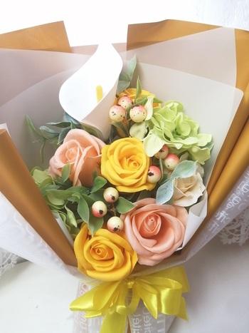 ソープフラワーはその名の通り、石鹸でできたお花のこと。生花やプリザーブドフラワーのような鮮やかさのある、造花の一種です。花束やボックスにアレンジされたものが多く、ギフトとして人気があります。