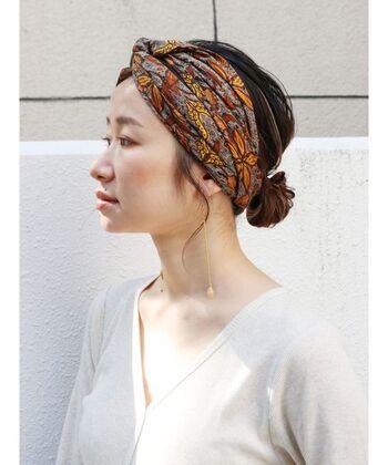 スカーフ初心者さんでも使いやすいのがエスニックな雰囲気がおしゃれなバティック柄。アップスタイルのヘアにもよく似合い、夏の軽やかな装いを美しく彩ってくれます。