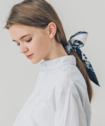 適度なハリのあるシルクスカーフなら、大きめリボンをふんわりと形作るのも簡単です。先端部が鋭く斜めになるようにスカーフを折ってあげると、すっきりと流れるようなラインのリボンを作れます。