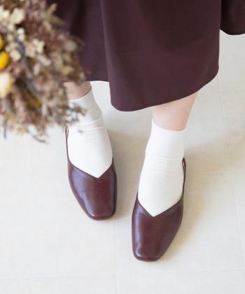 フラットシューズの「靴下」選び、正解はある?お洒落と快適を両立する足元コーデ