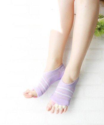 かかとだけすっぽり覆う靴下/かかとカバー。靴擦れしやすいサンダルの時も、この靴下ならネイルを見せて履くことが出来ます!他には、かかとが一時的にガサガサになったときもこれならカバーできますね♪