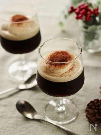 甘さ控えめのコーヒーゼリーに、コーヒーリキュール入りのマスカルポーネクリームののせたティラミス風デザート。  コーヒーゼリー好きはもちろん、ティラミス好きにもたまらない、特別な日に作りたい一品。