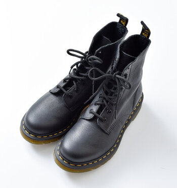 第二次政界大戦中に負傷したドイツ人の医師が自分のリハビリ用に開発した靴が原型となったドクターマーチン(Dr.Martens)。  丈夫な革と独自のエアークッションソールが労働階級の人々に人気を博し、その後、ミュージシャンの間で広がり、多くの人に知られるようになりました。