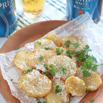 カラッと揚げたポテトフライを、パルミジャーノとトリュフ塩でいただきます。芋をもっと薄切りにしてポテトチップスにしても◎