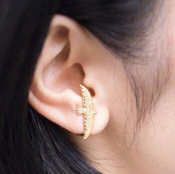耳たぶの付け根あたりから、スッとはさむだけ。 これなら痛くなりにくいです。