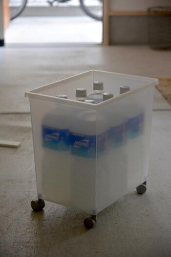 こちらのブロガーさんは、無印良品の「ポリプロピレンキャリーボックス」にペットボトルを収納しているそうです。2リットルのボトルが6本ちょうど入る絶妙なサイズ感。
