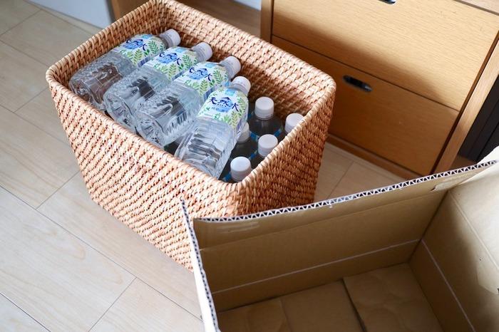 無印良品の「重なるラタン長方形バスケット」に、箱買いした500ミリリットル24本入りのペットボトルを収納。しっかりと編まれたラタン製だから、多少の重みにも耐えられる強度があります。