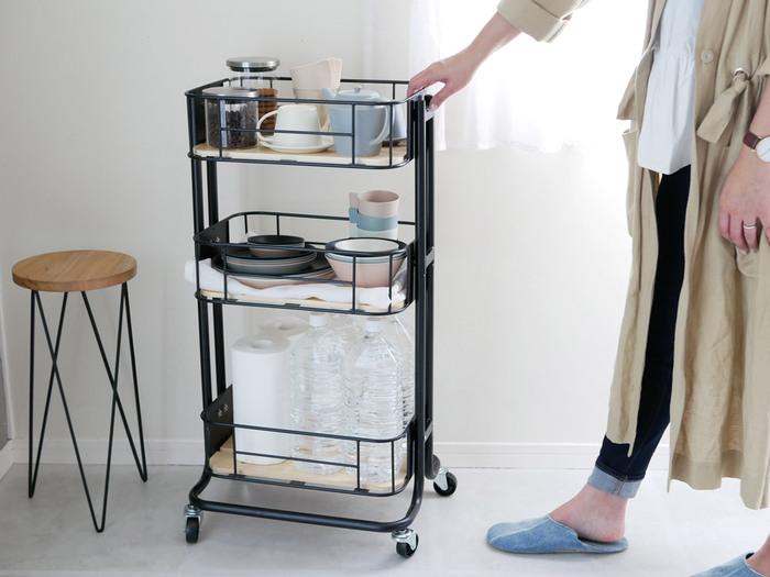 キャスター付きだから、必要なときに作業台の近くにサッと持ってこれて、使わないときはキッチンの隅やパントリーにスムーズに移動できてスペースを有効に使えます。