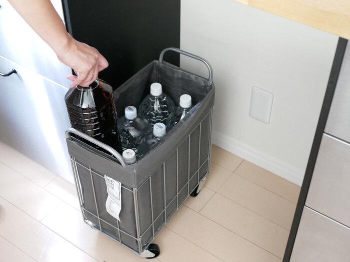 洗濯物だけでなく、キッチンでの収納にも便利。2リットルのペットボトルがちょうど6本(1ケース)分入るから、災害備蓄用にもぴったりです。