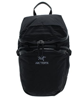 クライマーのためにデザインされたというこちらのバッグ。動きが制限されないよう嵩低いつくりとなっているため、アクティブな日にぜひ使用したいですね。