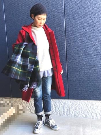 ベーシックカラーの着こなしの差し色として、赤のダッフルを重ねたスタイル。いつものコーデが一気に華やぎ、周りと差のつくスタイルに。