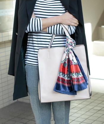 ストールの巻き方を応用すれば、バッグにスカーフでおしゃれなアクセントをプラスできます。こちらは持ち手にくるんと「ワンループ」。