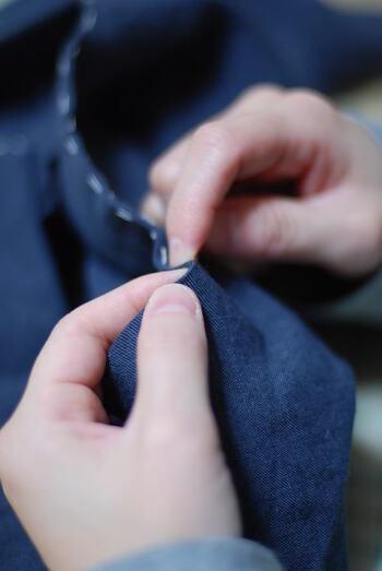 穴のあいているところや薄くなったところ…!これをふさいでいきましょう♪  上の動画を参考に、繕いたい部分の左右からジグザグに縫っていくと簡単です。縫い目が目立たないよう、針はできるだけ浅めにすくいましょう。  縫い終わったら指で優しく引っ張り、玉止めして終わり。簡単に穴がふさがります◎  穴のあいたポケットも外側からかがり縫いをすると良いでしょう。
