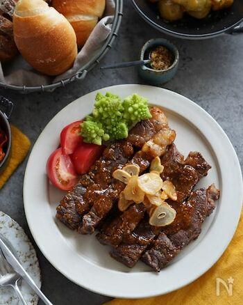 王道は、やはりステーキにトリュフ塩!トリュフの風味が、肉のうまみをより引き立ててくれます。+αたっぷりのニンニクでパンチを効かせて。
