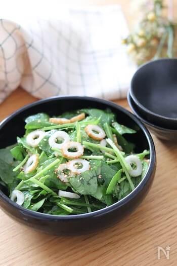 味付けは鶏ガラスープの素とごま油だけの簡単ナムル。  ポイントはちくわを薄切りにすること。サラダほうれん草と薄切りのちくわがよく合います。お酒のあてにも。