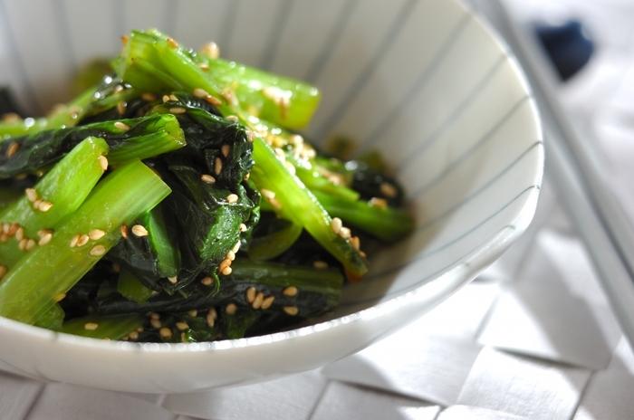 ナムルはすぐに作れてもう一品欲しいという時にぴったり。  こちらは小松菜で作るレシピですが、ほうれん草やニンジン、モヤシなど、冷蔵庫に余っている野菜で作れるので覚えておくと便利。