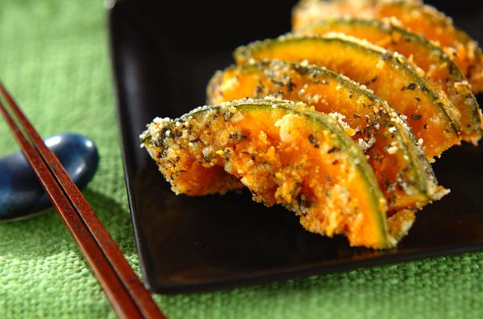 かぼちゃをレンジ加熱して粉チーズとパセリで和えたイタリアンレシピ。  かぼちゃは煮物や天ぷらが定番ですが、作るのに時間や手間がかかったり何かと面倒。これなら簡単にかぼちゃ料理が楽しめます。