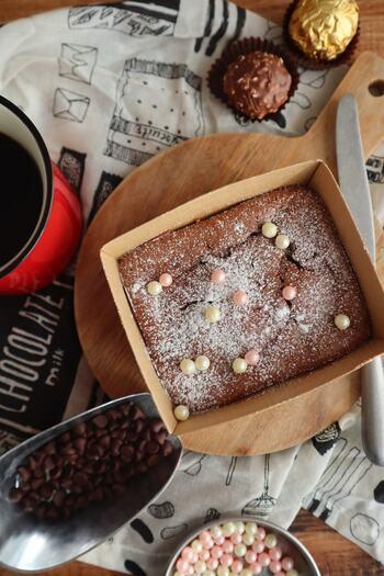 こちらのガトーショコラは、なんと材料がチョコレートと卵だけ! 小麦粉も砂糖も使わない驚きのレシピです。  焼くまで10分。家に卵とチョコレートがあったらチャレンジしてみてくださいね。