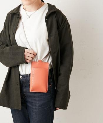 前面にはスマホ収納可能なポケット付き。背面にはカード収納ポケットも。ファスナー付きの本体にはお金を入れることもできます。