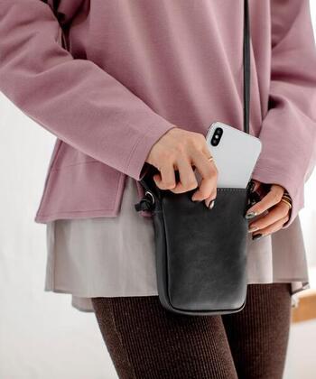 取り出しやすいようにスマホは外ポケットに収納。ファスナー付きの本体部分の内部は内ポケット&キーリング付きで、機能面も充実しています。