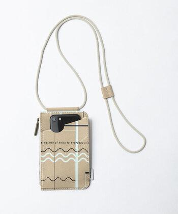 表面ポケットにはスマホが入るポケット、背面にはカード入れポケット付き。ラフなひものショルダーがナチュラルな雰囲気です。
