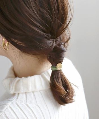 まとめてヘアアクセサリーをつければこなれ感アップです。髪の量が多かったり、長い場合は、髪の毛が通しずらいこともあります。毛束を少しねじったりしてまとめると入れやすくなります。