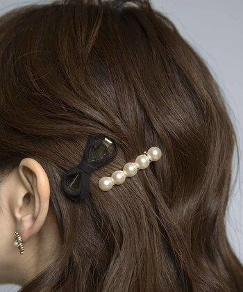 挟むだけのヘアクリップも前髪やサイドの髪を簡単に留めるのに役立つアイテム。小さめサイズをさり気なく付けるのも可愛い。