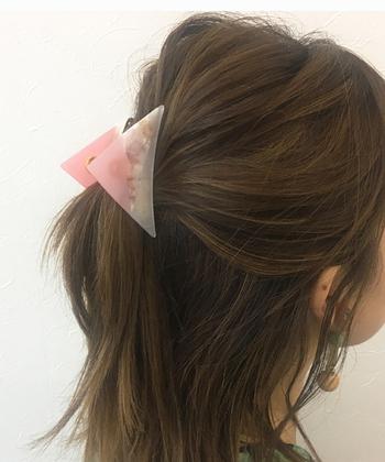 横型のバンスクリップはバックやトップで髪を纏めるのにお役立ち。ゴムで止めるよりも素早く留められるので忙しい朝に便利です!