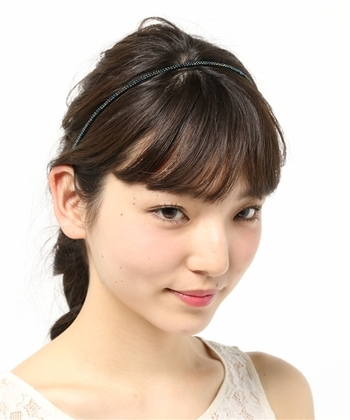 あらゆる髪型に対応する万能ヘアアクセサリーの1つがカチューシャ。可愛らしくなり過ぎかないか心配な場合は、髪色に近いものや細めのタイプを使うと大人でも程よいフェミンさに調節できますよ。