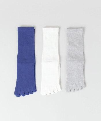 綿×シルクのメンズ冷えとり5本指ソックスです。  内側がシルク、外側が綿の2層で仕立てられていて、1足で冷えとり靴下の役割を十分に果たしてくれます。さっと履きたい時に最適ですね。